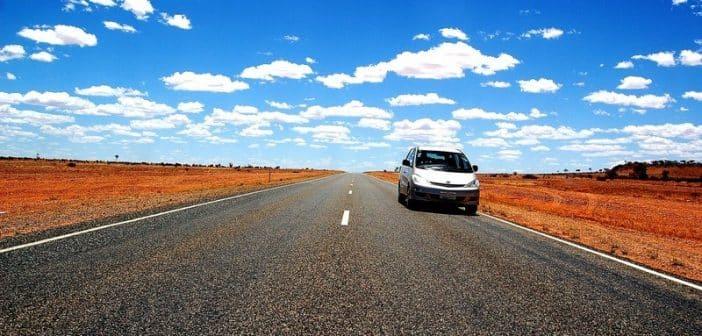 Une voiture sur une route dans le désert