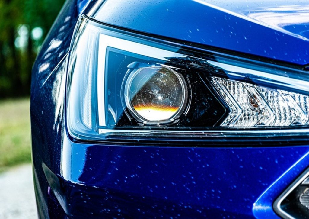 Un phare de voiture bleue