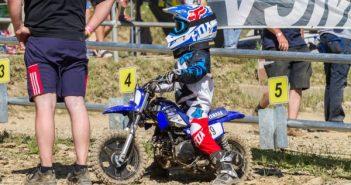 Un enfant sur une motocross