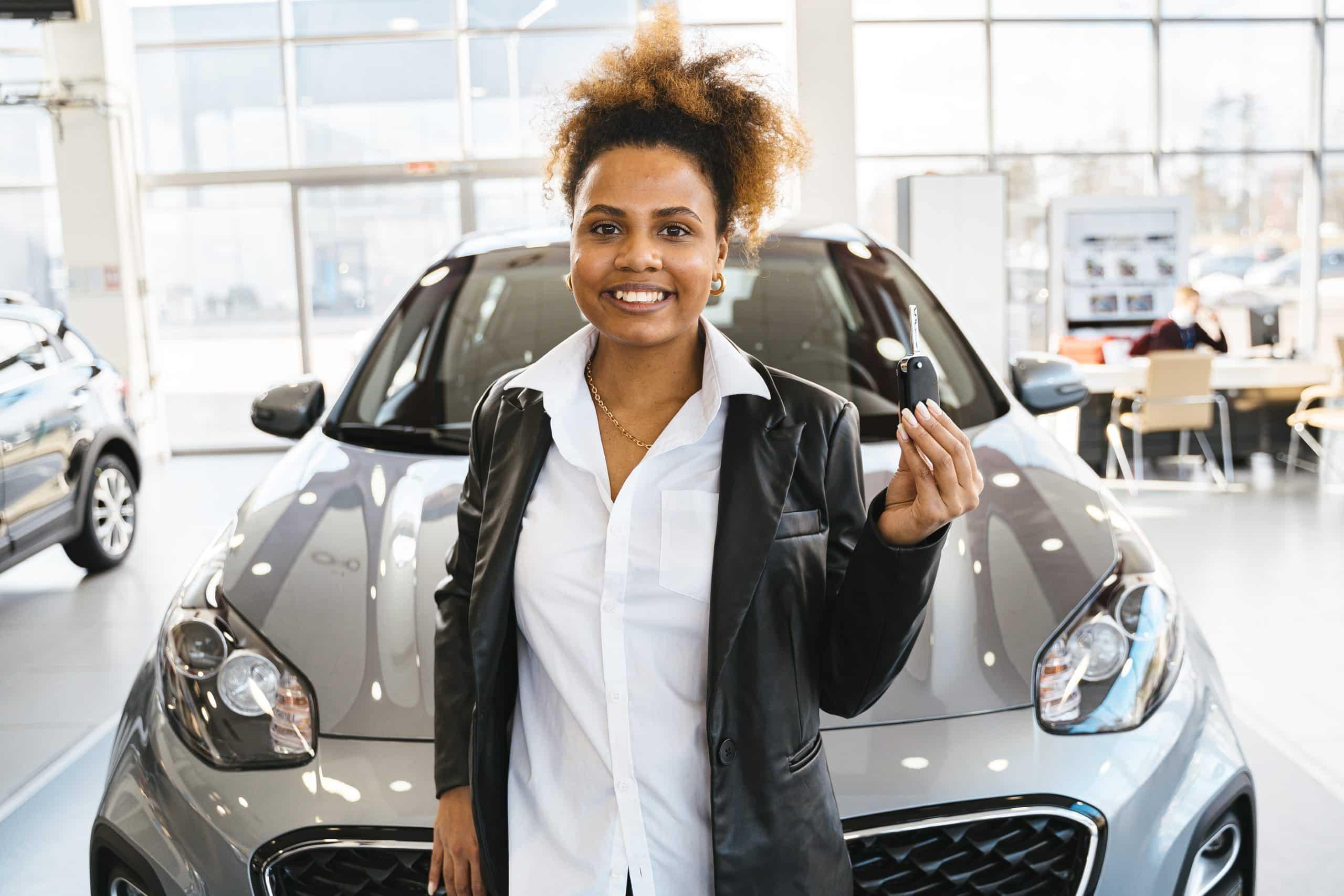 Une femme achète une voiture